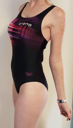 Sportbadeanzug und große Brüste