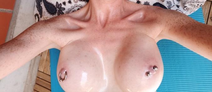 Große Brüste eingeölt